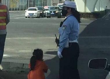 6岁女童周末陪交警妈妈执勤