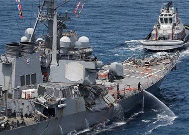 美军驱逐舰在马六甲与商船相撞