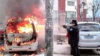 熊孩子玩火烧毁五辆车