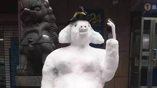 """""""网红""""保安再堆雪人"""