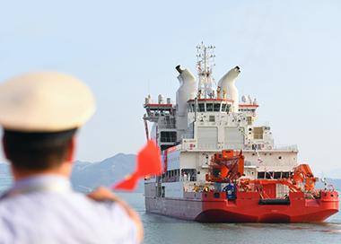 """中国首艘自主建造破冰船""""雪龙2""""号将首航南极"""