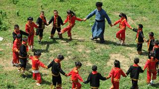 乡村教师带学生跳民族舞
